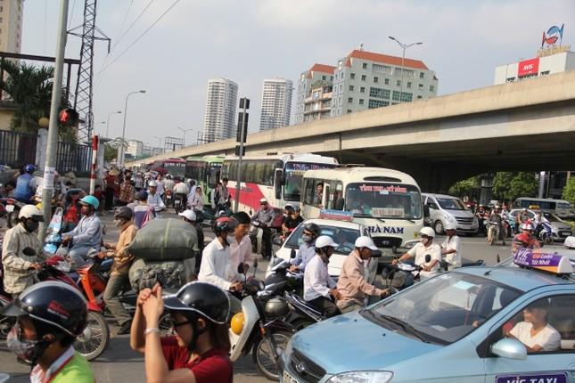 Hàng ngàn người ồ ạt đổ về Hà Nội - Sài Gòn sau kỳ nghỉ Tết - ảnh 2
