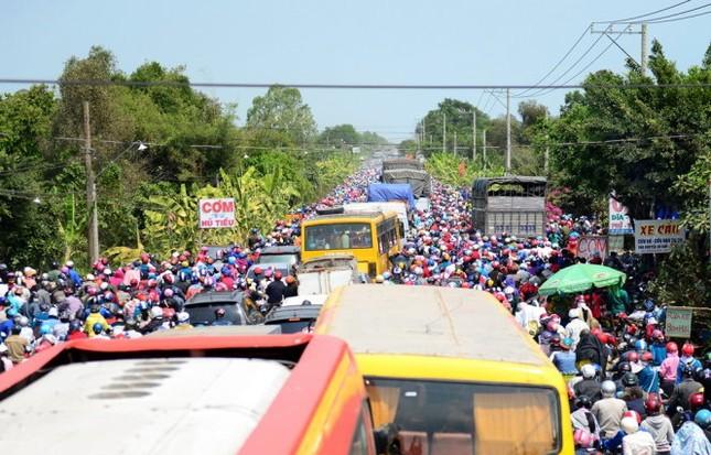Hàng ngàn người ồ ạt đổ về Hà Nội - Sài Gòn sau kỳ nghỉ Tết - ảnh 3