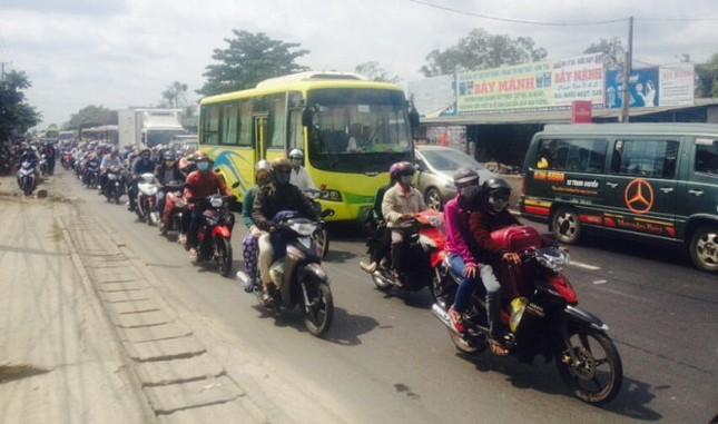 Hàng ngàn người ồ ạt đổ về Hà Nội - Sài Gòn sau kỳ nghỉ Tết - ảnh 4