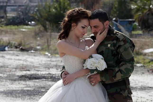Xúc động ảnh cô dâu chú rể giữa Syria hoang tàn - ảnh 1
