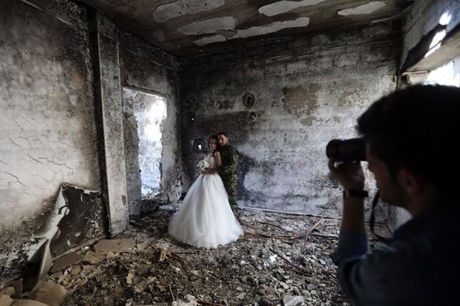 Xúc động ảnh cô dâu chú rể giữa Syria hoang tàn - ảnh 2