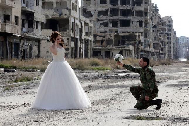 Xúc động ảnh cô dâu chú rể giữa Syria hoang tàn - ảnh 3