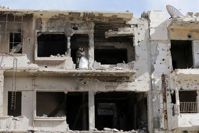 Xúc động ảnh cô dâu chú rể giữa Syria hoang tàn - ảnh 4