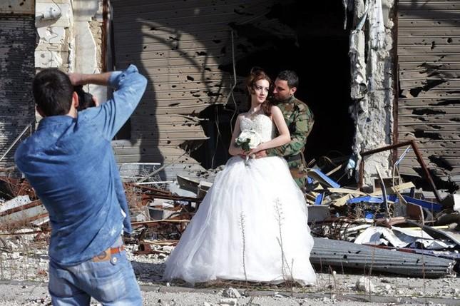 Xúc động ảnh cô dâu chú rể giữa Syria hoang tàn - ảnh 5