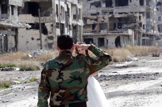 Xúc động ảnh cô dâu chú rể giữa Syria hoang tàn - ảnh 6