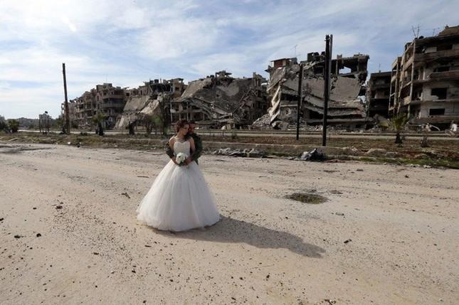 Xúc động ảnh cô dâu chú rể giữa Syria hoang tàn - ảnh 7