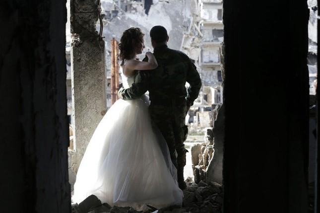Xúc động ảnh cô dâu chú rể giữa Syria hoang tàn - ảnh 8