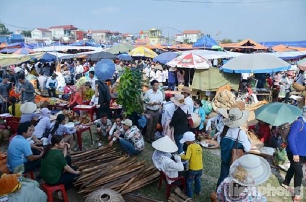 Du khách hoảng hốt: Gửi xe chợ Viềng 350 nghìn đồng/lượt - ảnh 1