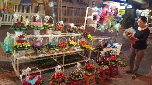 """Valentine năm nay: """"Đại hạ giá"""" hoa và quà vẫn ế - ảnh 1"""