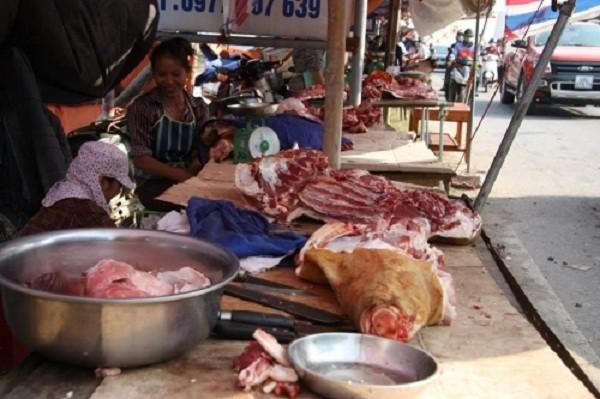 Chợ Viềng: Đầu bê trưng đầy, thịt bê đắt đỏ - ảnh 2