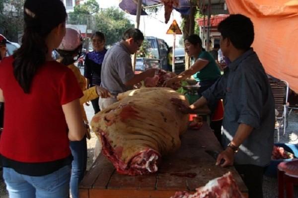 Chợ Viềng: Đầu bê trưng đầy, thịt bê đắt đỏ - ảnh 5