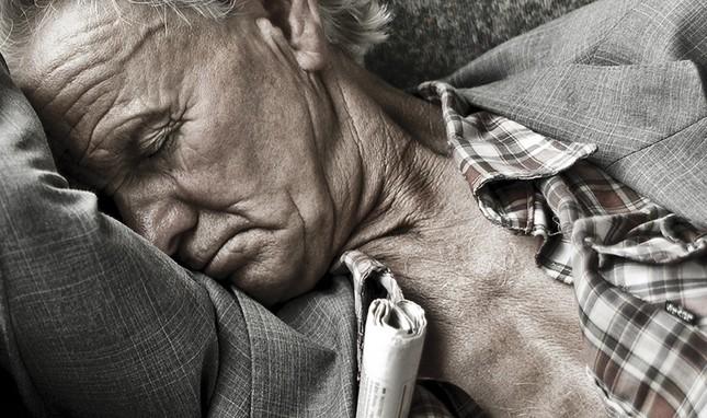 Vì sao càng về già chúng ta lại càng khó ngủ? - ảnh 1