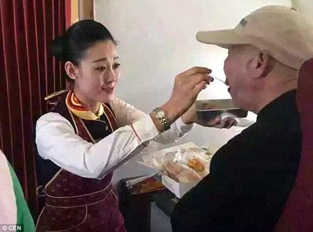 Tiếp viên hàng không bón đồ ăn cho hành khách trên máy bay - ảnh 2