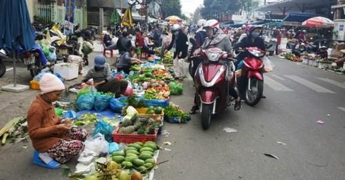 Lạ kỳ lên phố mua rau về quê bán, lãi tiền triệu - ảnh 1