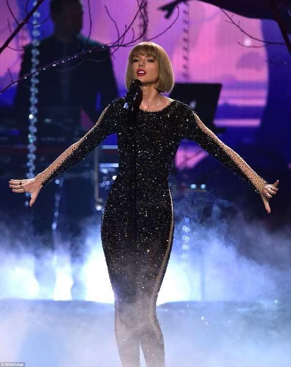 Taylor Swift tỏa sáng sau khi bị lăng mạ, Rihanna 'xù' BTC Grammy - ảnh 1