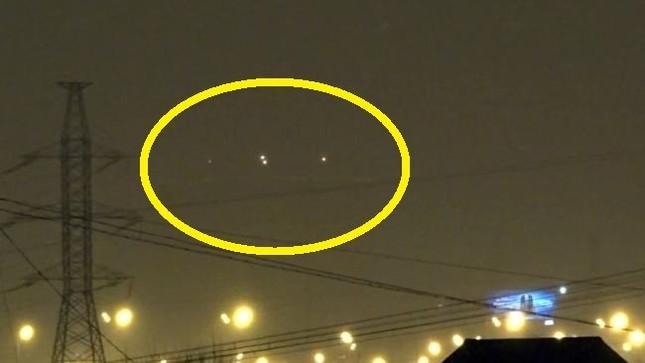 UFO phát sáng 'dàn trận' trên bầu trời nước Nga - ảnh 1