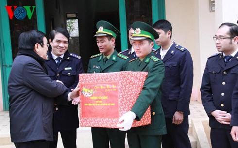 Chủ tịch nước dâng hương đài liệt sỹ bảo vệ biên giới phía Bắc - ảnh 4