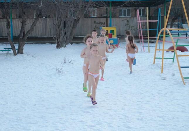 Nga: Trẻ mẫu giáo tắm nước đá trong thời tiết giá lạnh - ảnh 1