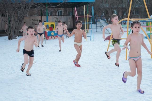 Nga: Trẻ mẫu giáo tắm nước đá trong thời tiết giá lạnh - ảnh 4