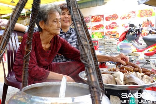 Tới Sài Gòn thưởng thức cháo lòng hơn 80 năm tuổi - ảnh 3