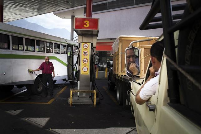Sau 20 năm, lần đầu tiên Venezuela tăng giá xăng - ảnh 1