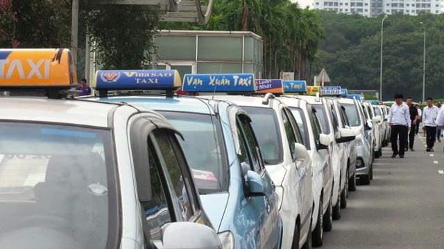 Giá xăng dầu giảm kỷ lục, giá taxi bao giờ giảm? - ảnh 1