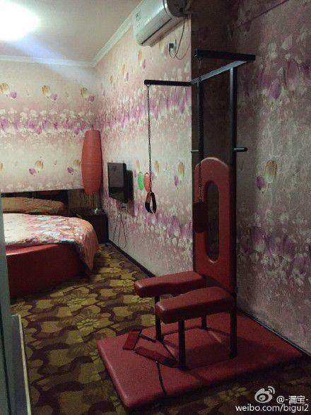 Rùng mình phòng khách sạn đầy xích, roi da trong ngày Valentine - ảnh 2