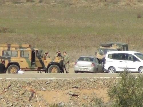 Hàng chục xe quân sự Thổ Nhĩ Kỳ tràn qua biên giới Syria - ảnh 1