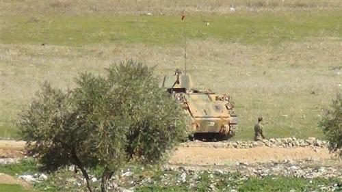 Hàng chục xe quân sự Thổ Nhĩ Kỳ tràn qua biên giới Syria - ảnh 2