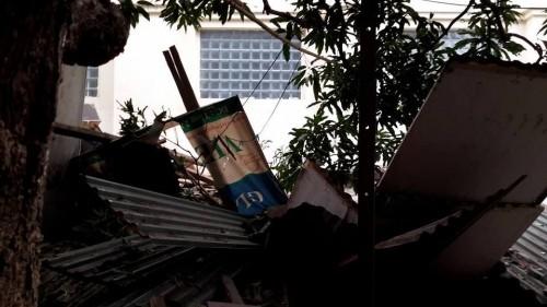 Bê tông tòa nhà BIDV 'sập' xuống nhà dân, nhiều người thoát chết - ảnh 1