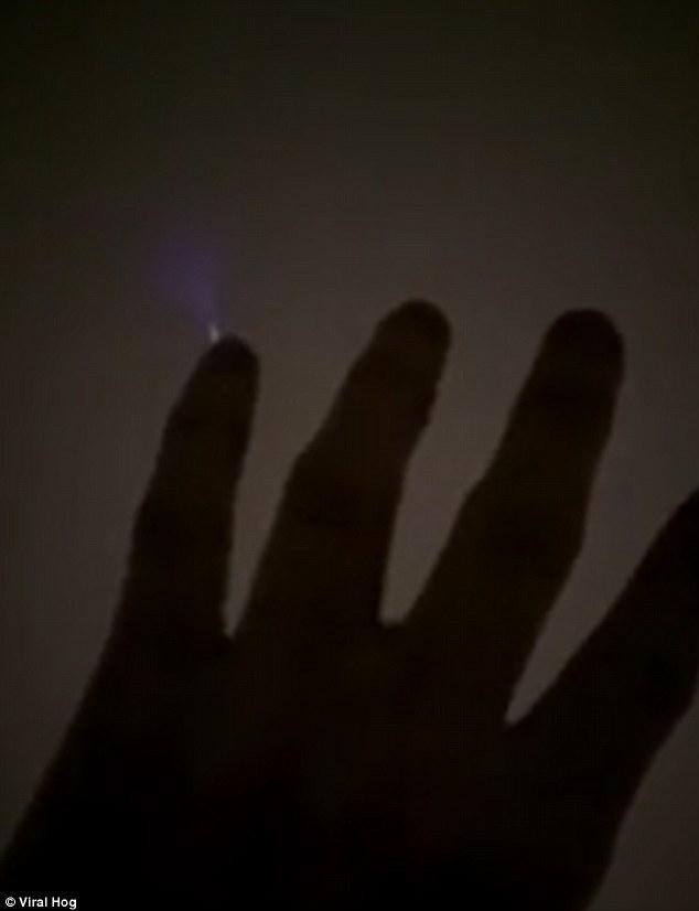 Video người đàn ông phóng ra điện như phim viễn tưởng - ảnh 1