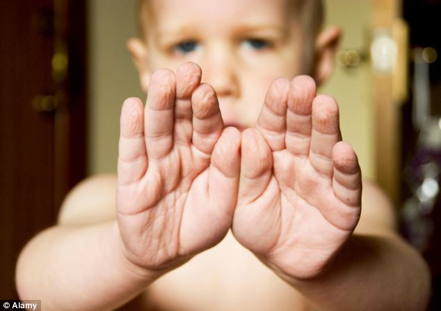 Vì sao ngón tay ngón chân luôn nhăn nheo khi ngâm nước lâu? - ảnh 1