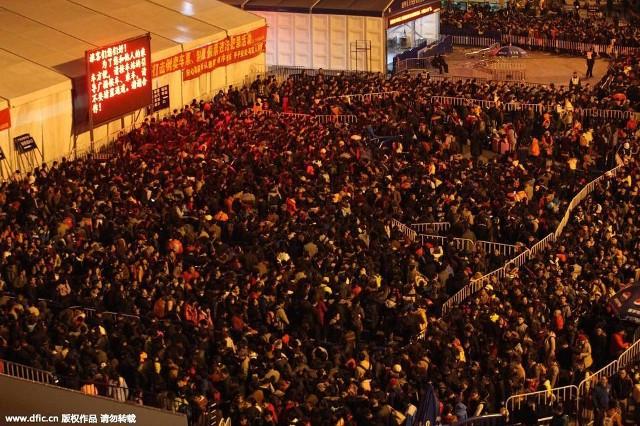 Hàng trăm nghìn người Trung Quốc về ăn Tết 'chết cứng' ở nhà ga  - ảnh 1