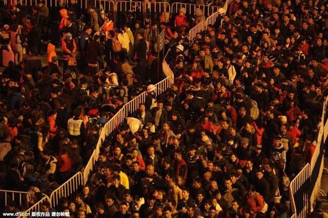 Hàng trăm nghìn người Trung Quốc về ăn Tết 'chết cứng' ở nhà ga  - ảnh 2