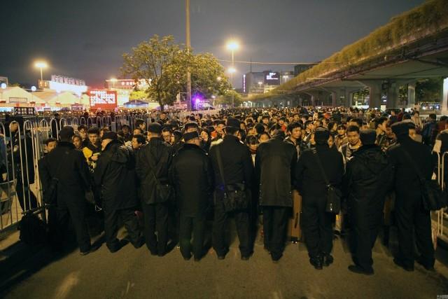 Hàng trăm nghìn người Trung Quốc về ăn Tết 'chết cứng' ở nhà ga  - ảnh 5