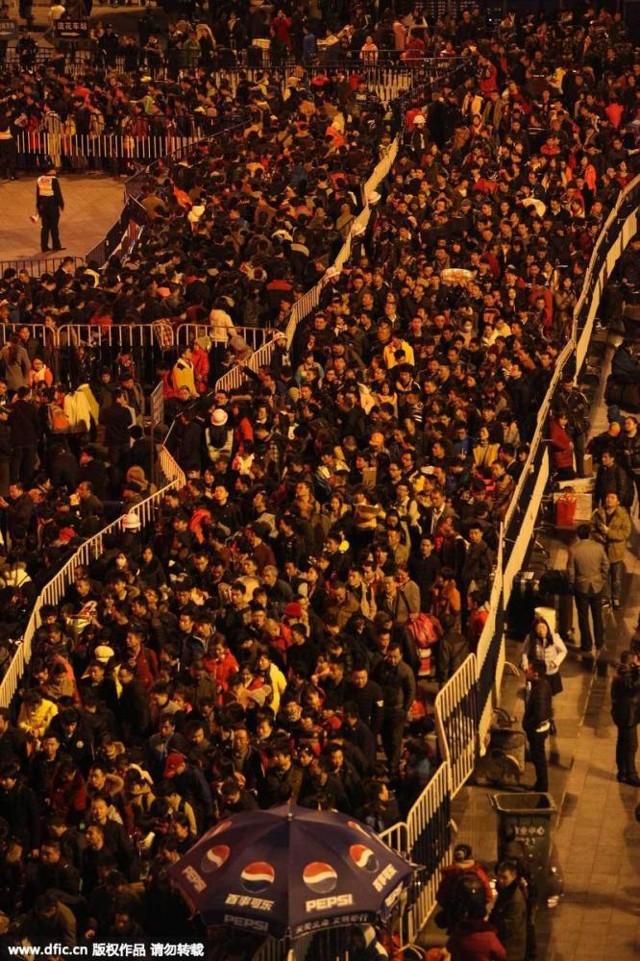 Hàng trăm nghìn người Trung Quốc về ăn Tết 'chết cứng' ở nhà ga  - ảnh 3