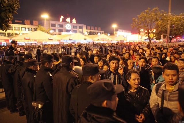 Hàng trăm nghìn người Trung Quốc về ăn Tết 'chết cứng' ở nhà ga  - ảnh 4