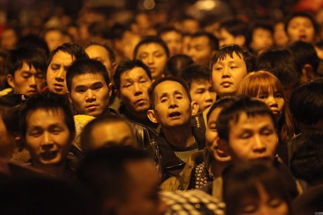 Hàng trăm nghìn người Trung Quốc về ăn Tết 'chết cứng' ở nhà ga  - ảnh 6
