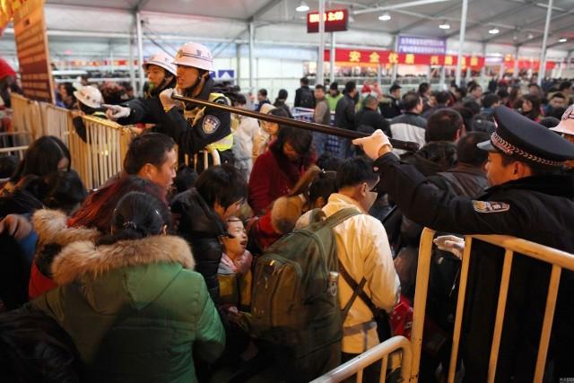 Hàng trăm nghìn người Trung Quốc về ăn Tết 'chết cứng' ở nhà ga  - ảnh 7