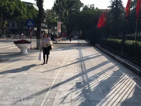 Người đi bộ ở Hà Nội... muốn khóc! - ảnh 1