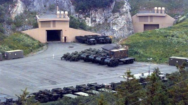 Mỹ rầm rộ đưa xe tăng, pháo đến sát biên giới Nga - ảnh 1