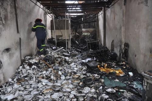Hà Nội: Cháy lớn thiêu rụi 6 ki ốt kinh doanh tạp hóa - ảnh 1