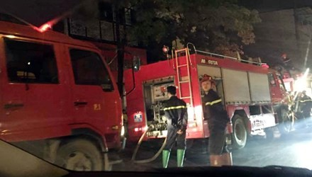 Hà Nội: Nhà 3 tầng cháy rừng rực giữa đêm - ảnh 1