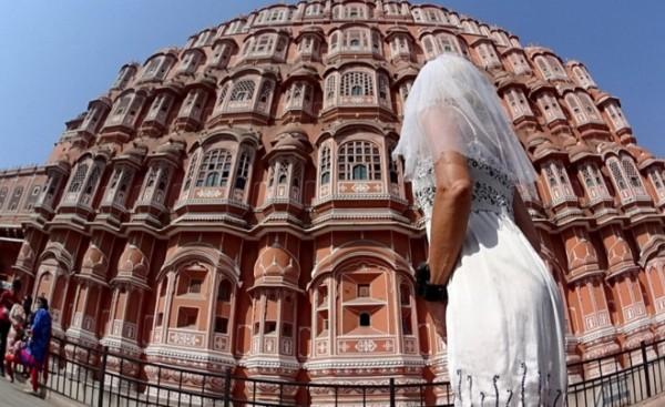 Cô dâu mặc váy cưới đi du lịch khắp Châu Âu một mình - ảnh 11