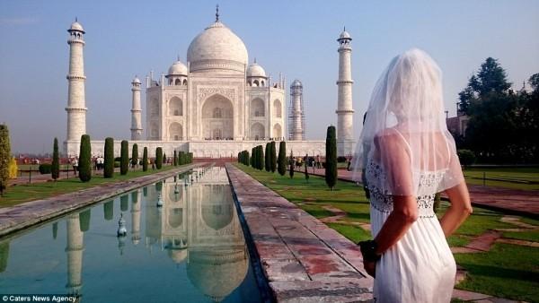Cô dâu mặc váy cưới đi du lịch khắp Châu Âu một mình - ảnh 1
