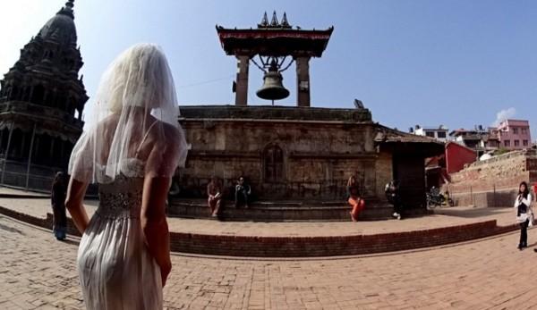 Cô dâu mặc váy cưới đi du lịch khắp Châu Âu một mình - ảnh 9