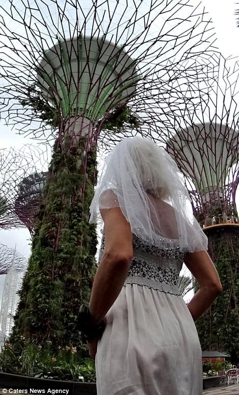 Cô dâu mặc váy cưới đi du lịch khắp Châu Âu một mình - ảnh 8