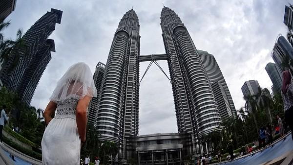 Cô dâu mặc váy cưới đi du lịch khắp Châu Âu một mình - ảnh 4