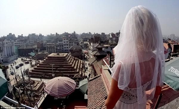 Cô dâu mặc váy cưới đi du lịch khắp Châu Âu một mình - ảnh 6