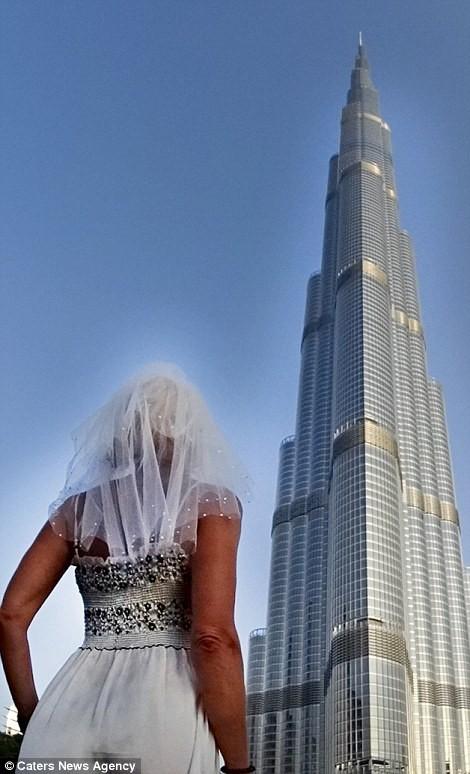Cô dâu mặc váy cưới đi du lịch khắp Châu Âu một mình - ảnh 7